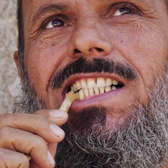 Fathy si čistí zuby přírodním kartáčekem rawtoothbrush