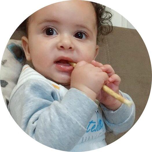 Dítě používá rawtoothbrush přírodní kartáčky
