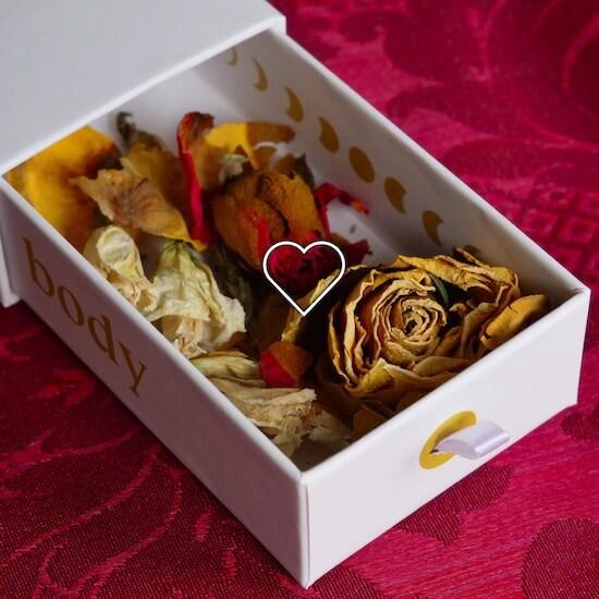 Krabička na yoni vajíčka naplněná květinami