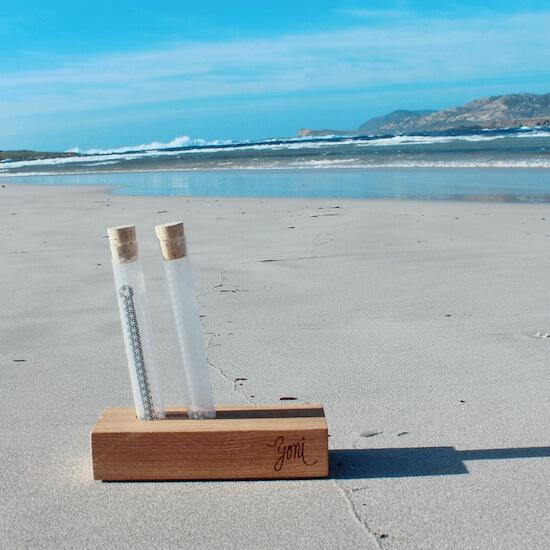 Dřevěný stojánek na pláží