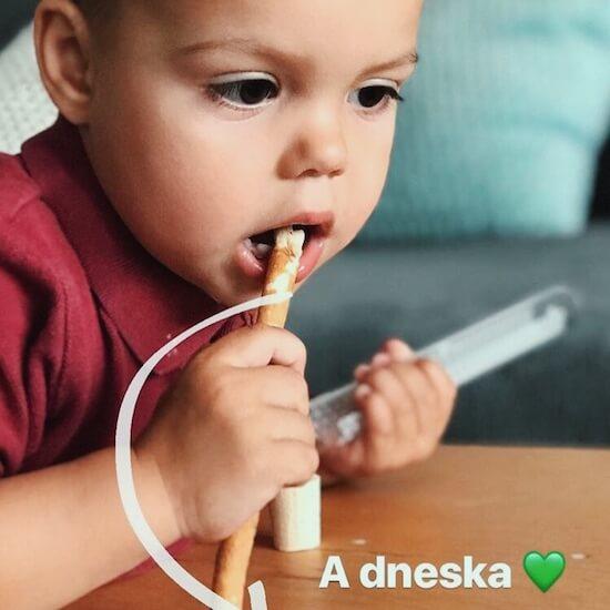 dítě s rawtoothbrushem