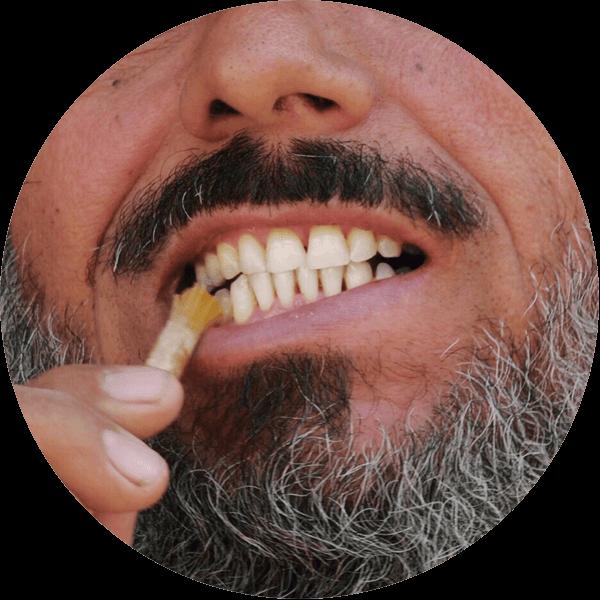 fathy si čistí zuby s přírodním kartáčkem