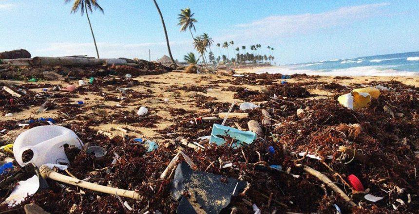 znečištěné pláže plastem
